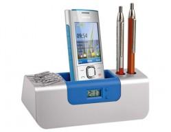 Часы с подставкой под ручки и мобильный телефон